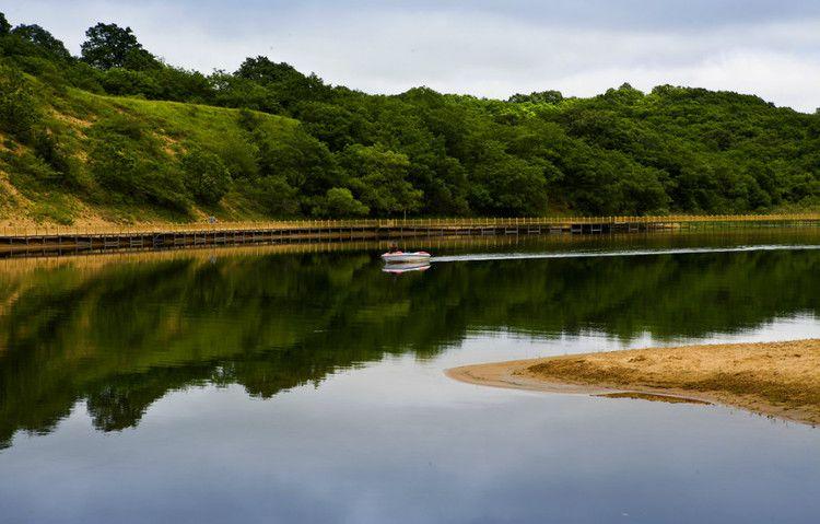 Катер на озере