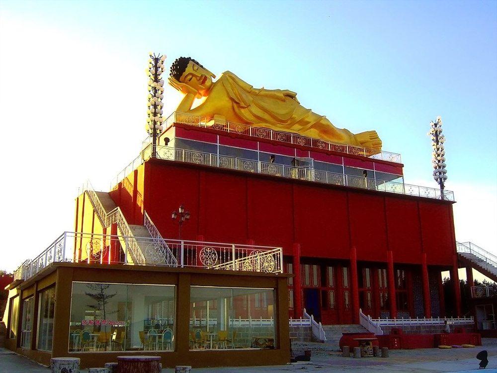 Лежащий Будда на крыше храма
