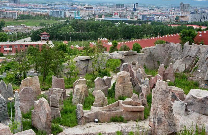 Вид на город и каменный лабиринт