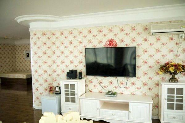 Мебель и техника в номере люкс