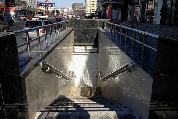 Подземный спуск в ТЦ