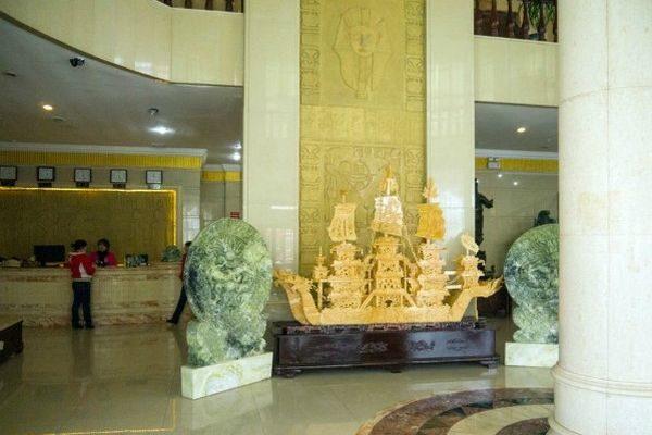 Скульптуры из дерева в холле